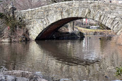 Γέφυρα πέρα από τη λίμνη με την αντανάκλαση στο νερό μια ηλιόλουστη χειμερινή ημέρα στοκ εικόνες με δικαίωμα ελεύθερης χρήσης