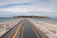 Γέφυρα πέρα από τη θάλασσα μεταξύ του εδάφους στο νησί Στοκ Εικόνα