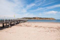 Γέφυρα πέρα από τη θάλασσα μεταξύ του εδάφους στο νησί Στοκ εικόνα με δικαίωμα ελεύθερης χρήσης