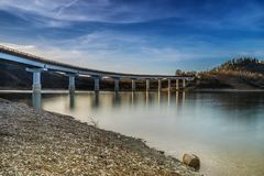 Γέφυρα πέρα από τη λίμνη με τις αντανακλάσεις στοκ φωτογραφία με δικαίωμα ελεύθερης χρήσης