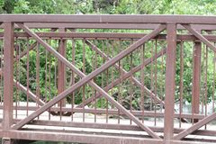 Γέφυρα πέρα από τη λίμνη με το ίχνος και τα ξύλα στοκ εικόνα με δικαίωμα ελεύθερης χρήσης