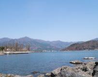 Γέφυρα πέρα από τη λίμνη Kawaguchi, το βουνό και το μπλε ουρανό στοκ εικόνα