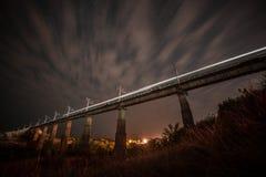 γέφυρα πέρα από τον ποταμό νυχτερινός ουρανός αστραπής απεικόνισης αφαίρεσης Στοκ Εικόνες