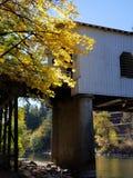 γέφυρα πέρα από τον ποταμό ξύλινο στοκ φωτογραφία με δικαίωμα ελεύθερης χρήσης