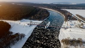 γέφυρα πέρα από τον ποταμό σι& Άποψη ματιών πουλιών ` s στοκ φωτογραφίες με δικαίωμα ελεύθερης χρήσης