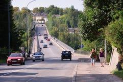 Γέφυρα πέρα από τον ποταμό στην πόλη Staritsa, περιοχή Tver, της Ρωσίας Στοκ Φωτογραφίες