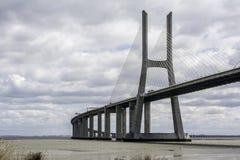 Γέφυρα πέρα από τον ποταμό στη Λισσαβώνα, Πορτογαλία Στοκ Φωτογραφίες