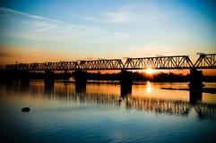 Γέφυρα πέρα από τον ποταμό στο ηλιοβασίλεμα στοκ φωτογραφία με δικαίωμα ελεύθερης χρήσης