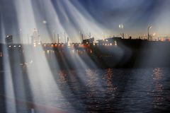 Γέφυρα πέρα από τον ποταμό το βράδυ με τις αφηρημένες ακτίνες του φωτός Στοκ Εικόνες