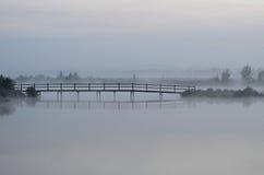 Γέφυρα πέρα από τον ποταμό το πρωί στην ομίχλη Στοκ Φωτογραφίες