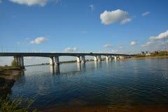 Γέφυρα πέρα από τον ποταμό Angara στο στο κέντρο της πόλης Ιρκούτσκ Στοκ εικόνα με δικαίωμα ελεύθερης χρήσης