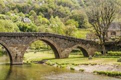 Γέφυρα πέρα από τον ποταμό Aveyron στη βίλα Belcastel στοκ εικόνα με δικαίωμα ελεύθερης χρήσης