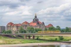 Γέφυρα πέρα από τον ποταμό Elbe στη Δρέσδη, Σαξωνία, Γερμανία Στοκ φωτογραφία με δικαίωμα ελεύθερης χρήσης