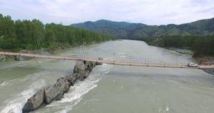 Γέφυρα πέρα από τον ποταμό Katun στην πλημμύρα Altay απόθεμα βίντεο