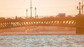 Γέφυρα πέρα από τον ποταμό Neva απόθεμα βίντεο