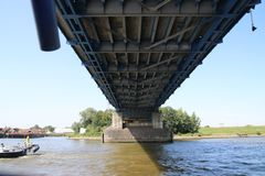 Γέφυρα πέρα από τον ποταμό Noord σε Alblasserdam στις Κάτω Χώρες στοκ φωτογραφίες