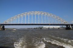 Γέφυρα πέρα από τον ποταμό Noord σε Alblasserdam στις Κάτω Χώρες στοκ εικόνα