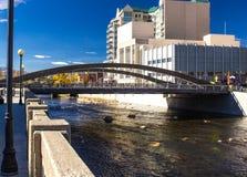 Γέφυρα πέρα από τον τοπικό ποταμό στο κέντρο της πόλης Reno στοκ εικόνες με δικαίωμα ελεύθερης χρήσης