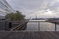 Γέφυρα πέρα από το κανάλι θάλασσας στο σούρουπο και την άποψη του βιομηχανικού λιμένα… στο rhus à Δανία στοκ εικόνες