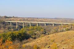 Γέφυρα πέρα από το νότιο ζωύφιο ποταμών στην Ουκρανία στο φθινόπωρο Στοκ φωτογραφίες με δικαίωμα ελεύθερης χρήσης