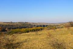 Γέφυρα πέρα από το νότιο ζωύφιο ποταμών στην Ουκρανία στο φθινόπωρο Στοκ Εικόνες