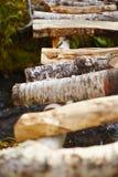 γέφυρα πέρα από το ρεύμα ξύλι&nu Στοκ φωτογραφία με δικαίωμα ελεύθερης χρήσης