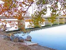 γέφυρα πέρα από το ύδωρ Στοκ Φωτογραφίες