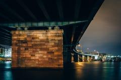 Γέφυρα πέρα από το Potomac ποταμό τη νύχτα, στην Ουάσιγκτον, συνεχές ρεύμα Στοκ Εικόνες