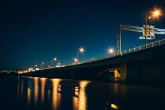 Γέφυρα πέρα από το Potomac ποταμό τη νύχτα, στην Ουάσιγκτον, συνεχές ρεύμα Στοκ φωτογραφία με δικαίωμα ελεύθερης χρήσης