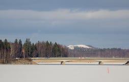 γέφυρα παγωμένη πέρα από το ύδ& Στοκ φωτογραφίες με δικαίωμα ελεύθερης χρήσης