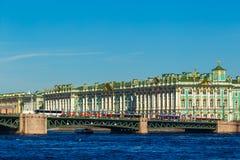 Γέφυρα παλατιών που αγνοεί το ερημητήριο, μια ηλιόλουστη ημέρα στοκ εικόνες