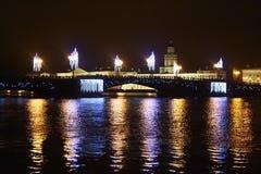 Γέφυρα παλατιών τη νύχτα στο ST Πετρούπολη Στοκ Εικόνα