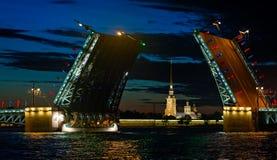 Γέφυρα παλατιών ανοικτή τη νύχτα Στοκ Εικόνες