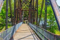 Γέφυρα περπατήματος σιδήρου Στοκ Φωτογραφία