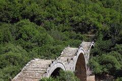 Γέφυρα πετρών Kalogeriko στο φαράγγι Vikos Στοκ Φωτογραφίες