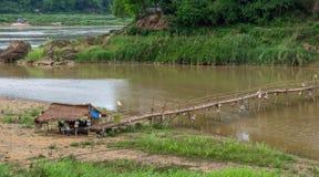 Γέφυρα ποδιών μπαμπού σε Luang Prabang Λάος Στοκ εικόνα με δικαίωμα ελεύθερης χρήσης