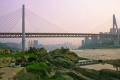 Γέφυρα ποταμών DongShuiMen Yangtze Chongqing στοκ εικόνα