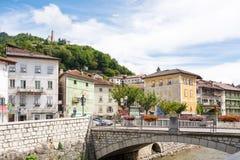 Γέφυρα που διακοσμείται με τα βάζα λουλουδιών στο Borgo Valsugana, ένα χωριό στις ιταλικές Άλπεις Στοκ Φωτογραφίες