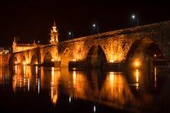 Γέφυρα που διασχίζει το Ρίο Λίμα τη νύχτα Στοκ Φωτογραφία