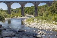 Γέφυρα που διασχίζει τον ποταμό Ardeche, νότια Γαλλία Στοκ Φωτογραφίες