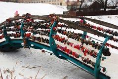 Γέφυρα που καλύπτεται από τις κλειδαριές αγάπης στο Κρεμλίνο της πόλης Dmitrov Στοκ Εικόνες