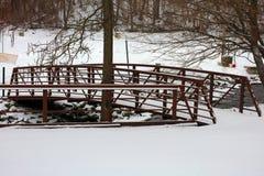 Γέφυρα που καλύπτεται με το χιόνι στον κρύο ποταμό μετά από τη χειμερινή θύελλα Στοκ φωτογραφία με δικαίωμα ελεύθερης χρήσης