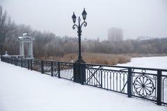 Γέφυρα που καλύπτεται με το χιόνι και την ομίχλη στον ορίζοντα Ntone'tsk Στοκ Εικόνα
