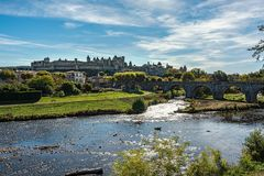 Γέφυρα που οδηγεί σε μια παλαιά μεσαιωνική πόλη κάτω από τους μπλε ουρανούς με το φ στοκ εικόνες με δικαίωμα ελεύθερης χρήσης