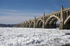 γέφυρα που παγώνει πέρα από τον ποταμό Στοκ φωτογραφία με δικαίωμα ελεύθερης χρήσης