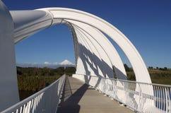 Γέφυρα που πλαισιώνει την όμορφη θέα βουνού Στοκ εικόνες με δικαίωμα ελεύθερης χρήσης