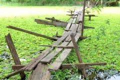 Γέφυρα ποδιών πέρα από τη λίμνη Στοκ εικόνες με δικαίωμα ελεύθερης χρήσης