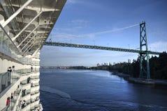 Γέφυρα πυλών λιονταριών προσεγγίσεων κρουαζιερόπλοιων στο ιστορικό πέρασμα στοκ φωτογραφία με δικαίωμα ελεύθερης χρήσης