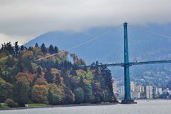 Γέφυρα πυλών λιονταριών, χρώμα πτώσης, φύλλα φθινοπώρου, τοπίο πόλεων στο Stanley Paark, στο κέντρο της πόλης Βανκούβερ, Βρετανικ Στοκ εικόνες με δικαίωμα ελεύθερης χρήσης