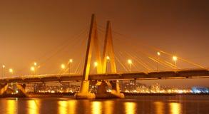 Γέφυρα πόλεων νύχτας πέρα από τον ποταμό Kazan, Ταταρία, Ρωσία Στοκ Φωτογραφία